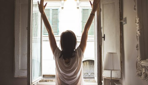 寒い朝でもシャキッと目を覚まそう【朝に効く目覚めストレッチ】